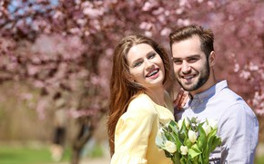 Картинка девушка, солнце, радость, счастье, цветы, букет, весна, сад, пара, тюльпаны, шатенка, парень, двое, улыбки, влюблённые, …