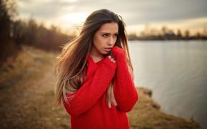 Обои Claudia, макияж, боке, красотка, шатенка, природа, фон, портрет, поза, модель, река, солнце, в красном, прическа, ...