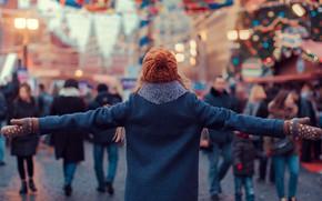 Картинка девушка, радость, город, шапка, пальто, варежки, Марина Полянская