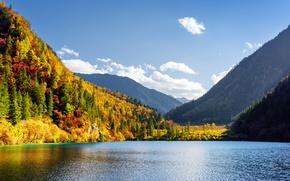 Картинка осень, лес, небо, облака, деревья, горы, озеро, красота, желтые, Китай, солнечно, заповедник, Цзючжайгоу, нацинальный парк