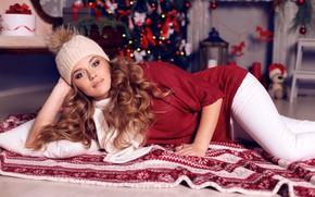 Картинка взгляд, девушка, поза, шапка, игрушки, новый год, макияж, покрывало, прическа, лежит, подушка, ёлка, шатенка, красивая, …