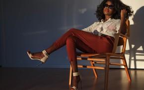 Картинка девушка, кресло, сидит, темнокожая