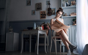 Картинка девушка, ретро, комната, скрипка, ссср, газета, Сталин, портреты, Правда
