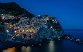 Картинка море, ночь, огни, скалы, дома, Италия, Манарола, Чинкве-Терре, Лигурийское побережье