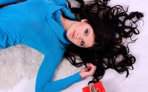 Картинка взгляд, девушка, коробка, подарок, брюнетка, локоны, свитер