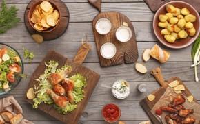 Обои разделочная доска, чипсы, овощи, картофель, салат, курица гриль, соус, еда, кетчуп