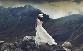 Картинка девушка, горы, камни, ситуация, платье, маска
