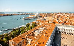 Обои небо, река, дома, лодки, крыши, горизонт, Италия, панорама, Венеция, катера, солнечно