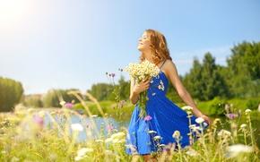 Обои глаза, небо, лето, синее, ромашки, стоит, закрыла, боке, деревья, природа, букет, платье, солнце, лужайка, девушка, ...
