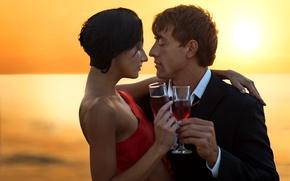 Обои закат, платье, горизонт, бокалы, в красном, вечер, мужчина, костюм, брюнетка, пара, влюбленные, любовь, вино