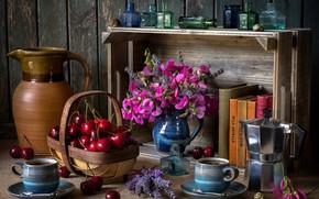 Обои натюрморт, душистый горошек, букетик, пузырьки, черешня, кофе, корзинка, кружки, кофейник, бутылочки, полка, кувшин, чашки, ягоды, ...
