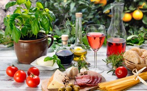Обои чеснок, спагетти, wood, колбаса, хлеб, сыр, красное, вино, бокал, овощи, разделочная доска, масло, стол, помидоры, ...