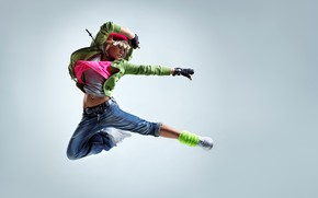 Обои перчатки, девушка, джинсы, майка, кроссовки, шапка, прыжок, танец, кофта, блондинка, фон, капюшон, поза