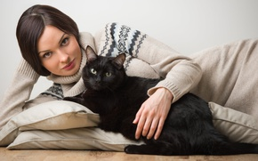 Обои кот, взгляд, девушка, животное, подушки, брюнетка, свитер, чёрная кошка