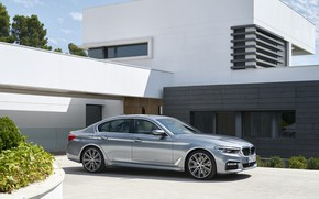 Картинка небо, дом, серый, растительность, BMW, стоянка, седан, клумба, 540i, 5er, M Sport, четырёхдверный, 2017, 5-series, …