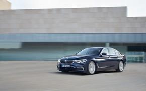 Картинка движение, здание, BMW, седан, фасад, xDrive, 530d, Luxury Line, 5er, тёмно-синий, четырёхдверный, 2017, 5-series, G30