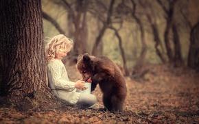 Обои медвежонок, девочка, угощение, ягоды