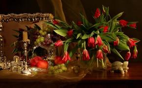 Обои виноград, яблоки, скатерть, натюрморт, свеча, зеркало, тюльпаны, красные, гранат, букет, стол, цветы, ваза