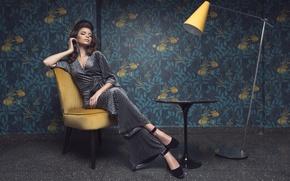 Картинка девушка, стол, обои, лампа, стул, костюм