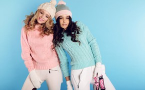 Картинка прически, фон, блондинка, белые, джемпер, макияж, брюнетка, две, свитер, красивые, шапки, девушки, перчатки, штаны