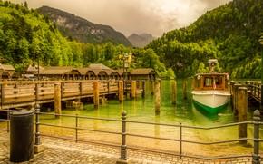 Картинка лес, деревья, горы, озеро, скалы, берег, Германия, Бавария, катер, причалы, Koenigssee