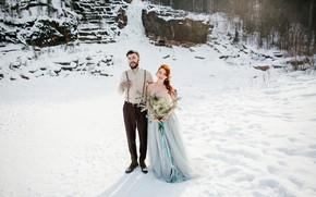 Картинка зима, солнце, снег, деревья, цветы, камни, букет, платье, прическа, пара, невеста, на природе, рыженькая, жених