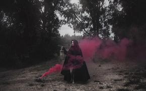 Картинка девушка, дым, фонарь, плащ