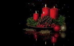 Картинка шарики, украшения, отражение, ягоды, свечи, шишка, чёрный фон, композиция