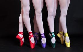 Картинка балет, атласные, ножки, черный фон, пуанты, разноцветные