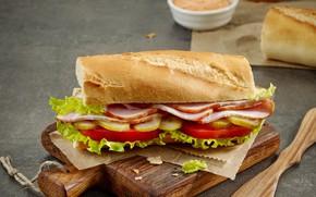 Картинка хлеб, бутерброд, помидоры, соус, огурцы, бекон, разделочная доска