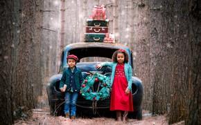 Картинка машина, лес, деревья, дети, праздник, мальчик, девочка, подарки, венок, чемоданы
