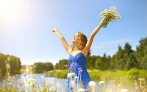 Картинка зелень, лето, небо, трава, девушка, солнце, деревья, радость, счастье, пейзаж, цветы, природа, ромашки, букет, платье, …