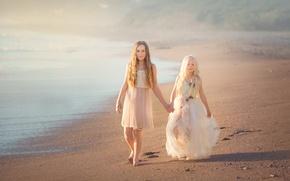 Картинка песок, берег, платья, две девочки