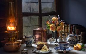 Обои цветы, стиль, книги, чай, окно, букет, лампа, тортик, розы, натюрморт
