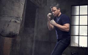 Картинка джинсы, руки, футболка, бокс, актер, груша, кулаки, Мэтт Дэймон, фотосессия, стойка, Matt Damon, для фильма, …