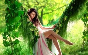 Картинка зелень, трава, листья, девушка, солнце, деревья, поза, макияж, платье, брюнетка, прическа, гамак, ножки, красотка, боке