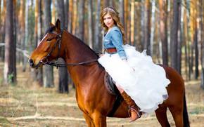 Картинка солнце, деревья, природа, конь, лошадь, сапоги, макияж, платье, прическа, шатенка, красотка, сидит, невеста, в белом, …