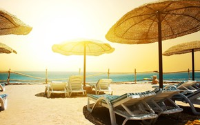 Картинка песок, море, пляж, небо, солнце, горизонт, ограждение, зонты, курорт, лежаки, шезлонги