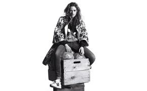 Картинка джинсы, макияж, куртка, прическа, белый фон, черно-белое, ящики, Kristen Stewart, Кристен Стюарт, сидит, кроссовки, фотосессия, …