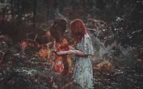 Обои платье, девушки, объятие, фон