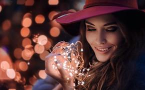 Обои шляпа, гирлянда, Hakan Erenler, улыбка, лицо, Марина Туренко, девушка, настроение, лампочки, блики