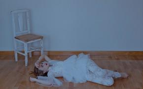 Обои платье, стул, на полу, ситуация, девушка, настроение, поза