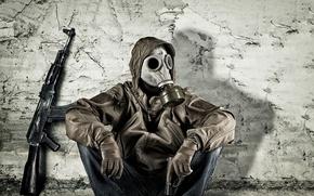 Обои пистолет, стена, одежда, противогаз, мужчина, сидит, калаш