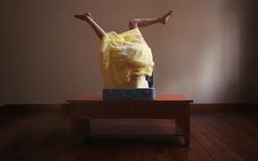 Картинка девушка, ситуация, чемодан