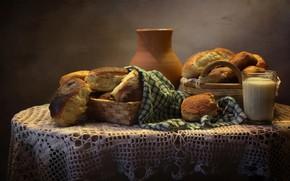 Картинка стакан, стол, корзина, полотенце, молоко, хлеб, кувшин, булки, выпечка, скатерть