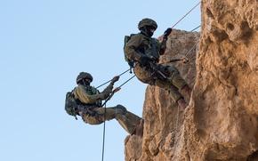 Картинка скала, оружие, веревки, солдаты