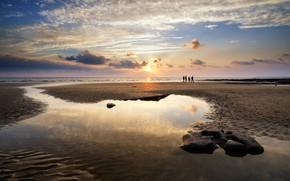 Картинка песок, море, пляж, небо, солнце, облака, люди, рассвет, побережье, Англия, горизонт, силуэты, Wales, Dunraven Bay