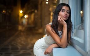 Картинка девушка, ночь, огни, секси, улица, портрет, макияж, фигура, платье, окно, прическа, красивая, в белом, позирует, …