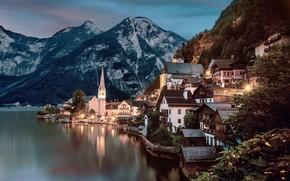 Картинка лес, деревья, закат, горы, огни, озеро, скалы, дома, вечер, Австрия, фонари, Hallstatt, Гальштат