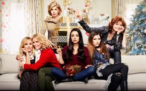 Картинка комната, диван, новый год, подарки, ёлка, постер, коробки, Mila Kunis, Мила Кунис, комедия, Кристен Белл, …